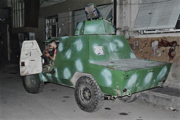 Rebelde em carro de passeio transformado em veículo blindado em Khaldiyeh, na província síria de Homs, nesta terça-feira (15) (Foto: AP)