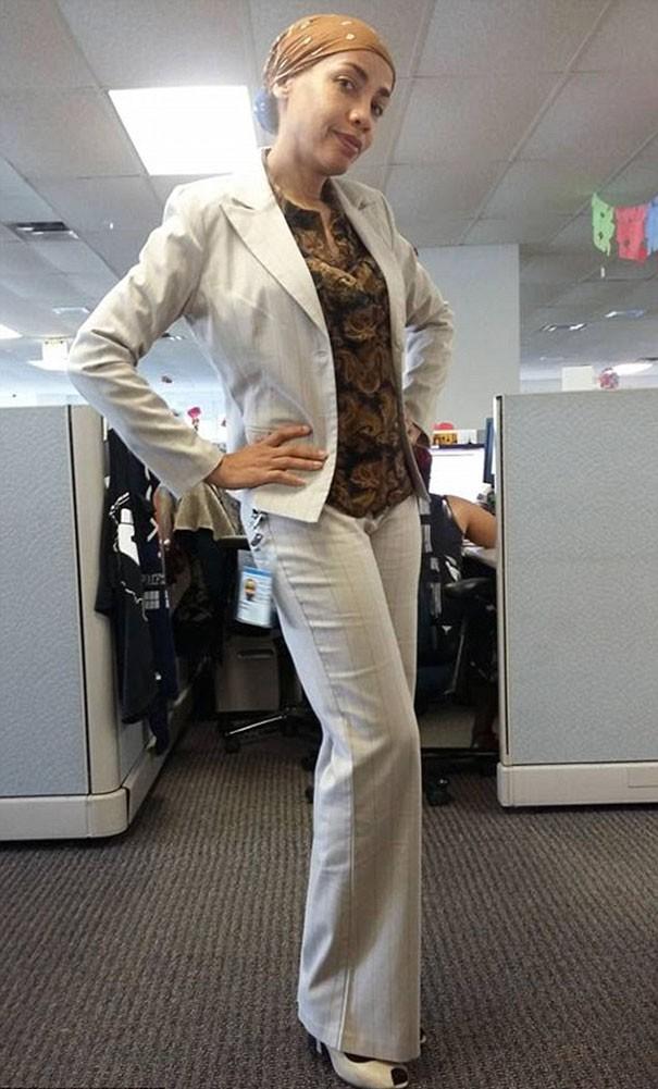 Rivas estava com esta roupa ao ser criticada pela chefe  (Foto: Reprodução/Facebook)