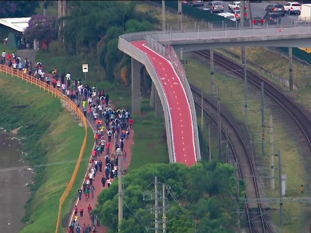 Raio atinge rede elétrica da CPTM e passageiros descem nos trilhos (Foto: Reprodução/GloboNews)