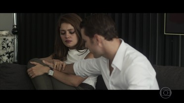 Alice discute com Vitor e pede para voltar ao Brasil