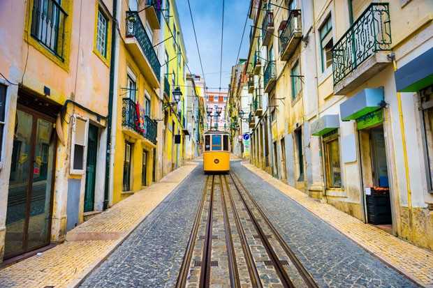 Lisbon, Portugal old town streets and tram. (Foto: Getty Images/iStockphoto)