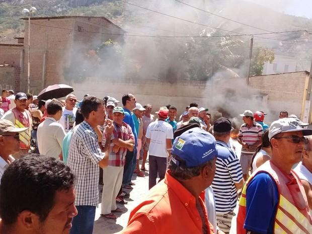 Moradores protestam por água em Brejo da Madre de Deus (Foto: Joabh Henrique da Silva/Arquivo Pessoal)