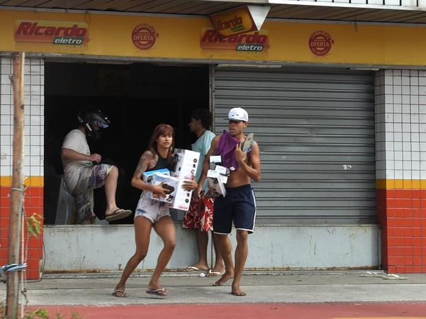 Loja Ricardo Eletro, em Goiabeiras, é saqueada na capital do Espírito Santo (Foto: Fernando Madeira/ A Gazeta)