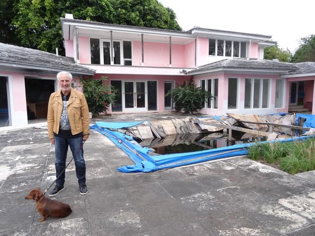 Christian de Berdouare, atual dono de uma casa que já foi de Pablo Escobar, é visto em frente ao local em foto desta quarta-feira (13) (Foto: Diego Urdaneta/AFP)