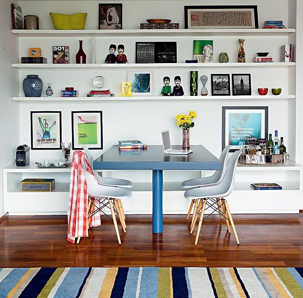 O escritório Suíte Arquitetos apostou em uma cor forte para a mesa de múltiplo uso. O azul a fez ganhar destaque entre as prateleiras brancas da estante. O móvel serve o jantar, funciona como escritório e reúne amigos no carteado (Foto: Edu Castello e Lufe Gomes/Casa e Jardim)