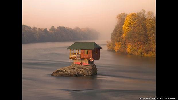 Uma casa no meio do rio Drina, próximo à cidade de Bajina Basta, na Sérvia (Foto: Irene Becker/National Geographic/via BBC)