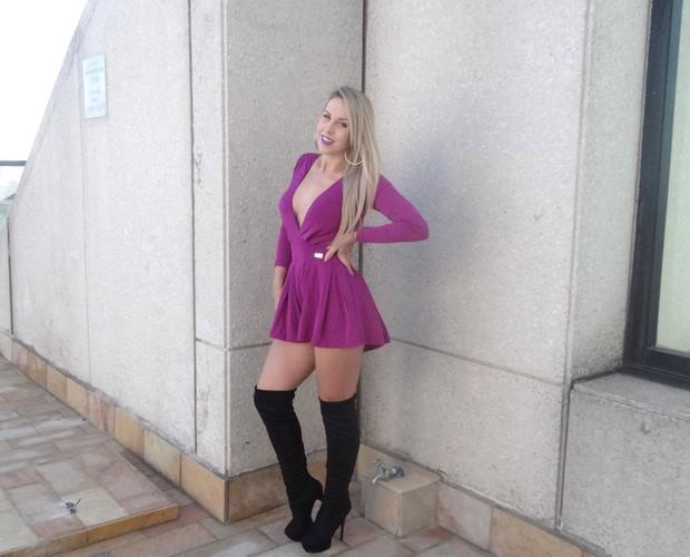 Carla Viviane exibe um visual mais sensual e ousa com a bota cano longo (Foto: Andréa Paiva/ Gshow)