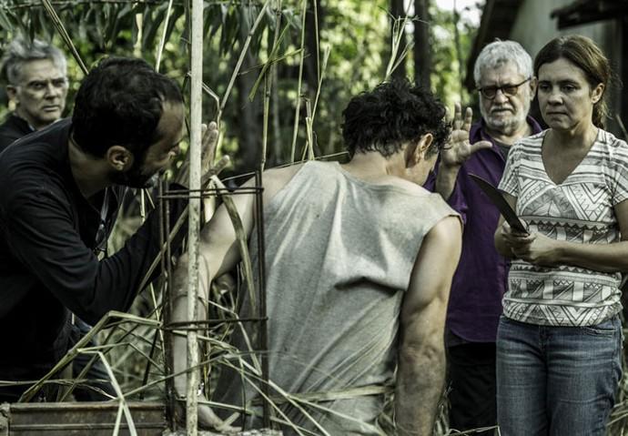 Adriana Esteves roda sob os olhares atentos da dupla de sucesso Zé e Waltinho  (Foto: Ellen Soares/Gshow)