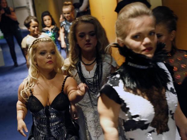 Modelos anãs se preparam para desfilar no Dwarf Fashion Show, no Ministério da Cultura da França, nesta sexta-feira (2) (Foto: Jerome Delay/AP)