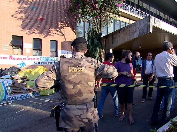 Após manifestantes sairem, Polícia Militar isolou Camara Municipal de Belo Horizonte para realização de perícia (Foto: Reprodução/TV Globo)