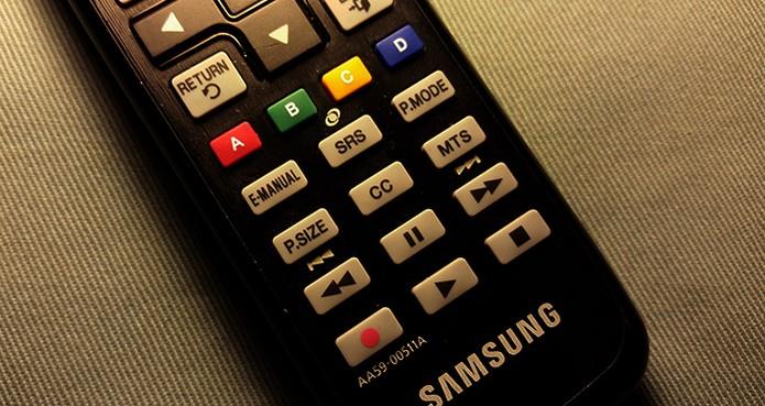 Confira se o seu controle remoto oferece botões de Play e Pause (Foto: Barbara Mannara/TechTudo)