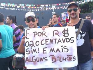 População foi às ruas em Cruzeiro do Sul (Foto: Francisco Rocha/G1)