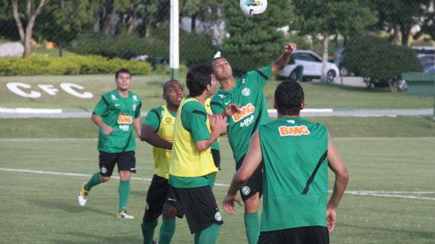 Emerson disputa bola aérea no treino do Coritiba (Foto: Gabriel Hamilko / Globoesporte.com)
