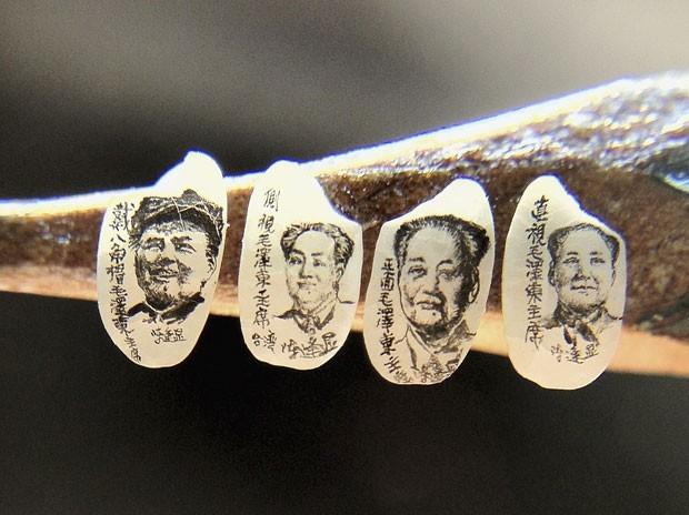 O artista taiwanês Chen Forng-shean criou retratos dos líderes Mao Tse-Tung e Hu Jintao em grãos de arroz. Os grãos têm cerca de cinco milímetros de comprimento e 3 milímetros de largura (Foto: Pichi Chuang/Reuters)