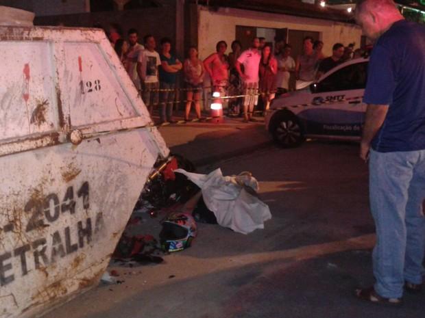 Motociclista morre após se chocar contra carro e container (Foto: Shade Andréa Cavalcante/G1)
