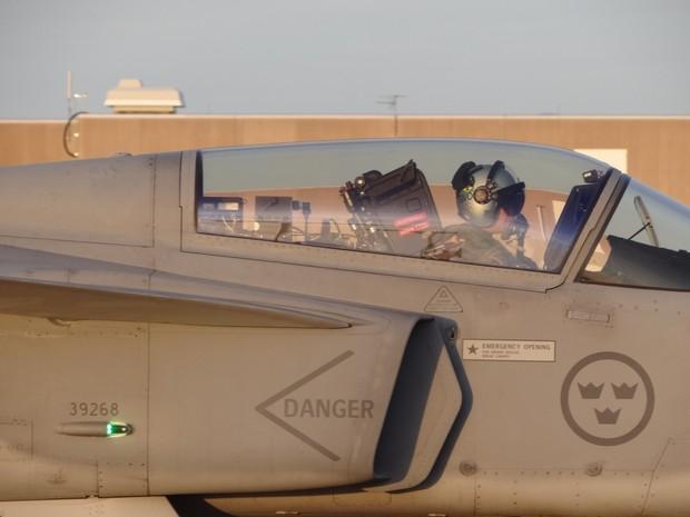 Capitão brasileiro se prepara para decolar de Gripen (Foto: FAB/Divulgação)