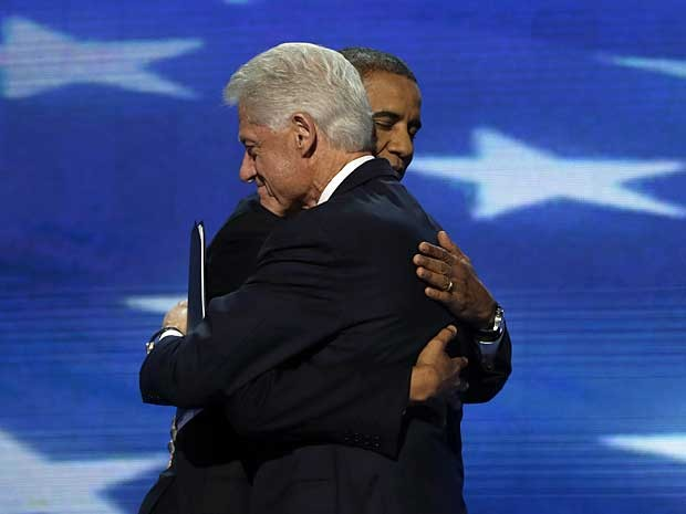 Clinton e Obama se abraçam após discurso do ex-presidente norte-americano. (Foto: Charles Dharapak / AP Photo)