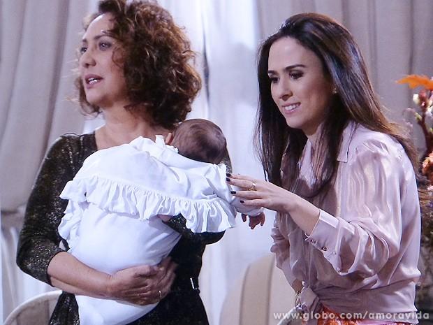Ordália fica indignada... (Foto: Amor à Vida / TV Globo)
