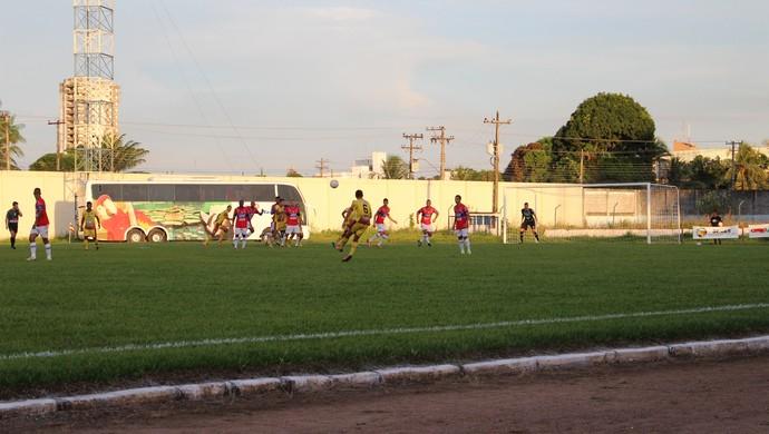 Genus e Vilhena, no estádio Aluízio Ferreira (Foto: Larissa Vieira)