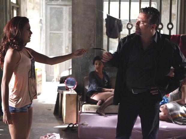 Morrendo de medo, a traficada devolve o relógio para o segurança (Foto: Salve Jorge/TV Globo)