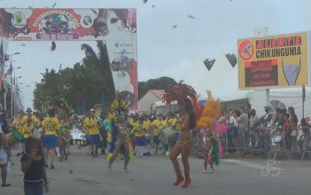 Desfile das escolas de samba na Guiana Francesa (Foto: Reprodução/TV Amapá)