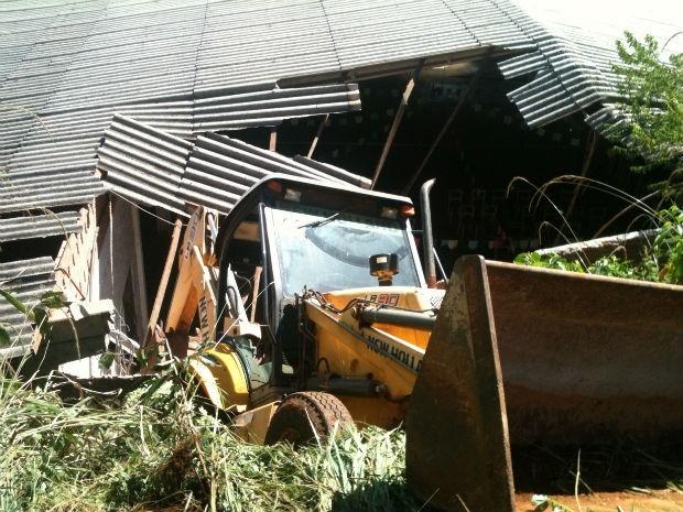 Máquina agrícola perdeu o controle e invadiu o pavilhão  (Foto: Adelino Guimarães / Arquivo pessoal )