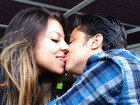 Thammy Miranda dá beijo e ganha da namorada uma mordidinha na boca