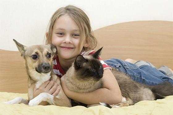 Criança com seu cachorro e gato  (Foto: Thinkstock )