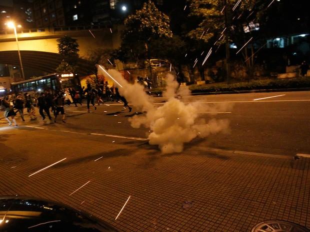 PM usa bomba em protesto de estudantes na Av. 9 de Julho em SP (Foto: Douglas Pingituro/Brasil Photo Press/Estadão Conteúdo)
