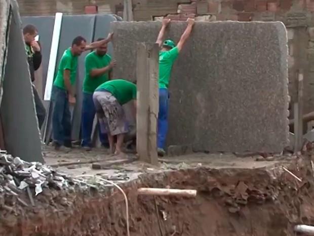 Muro de marmoaria cedeu após forte chuva em Vitória da Conquista, na Bahia (Foto: Reprodução/ TV Sudoeste)