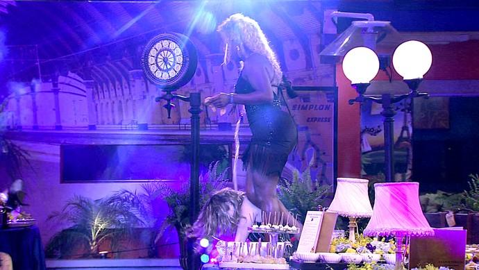 adelia joga bebida em ana paula - festa oriente (Foto: TV Globo)