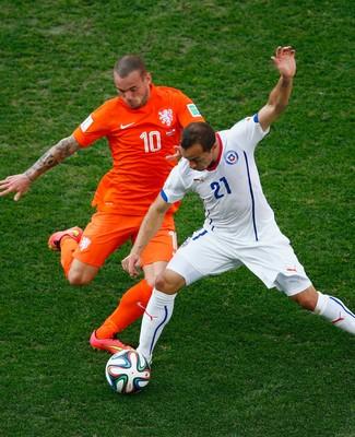 Sneijder e Marcelo Díaz (Foto: Getty Images)