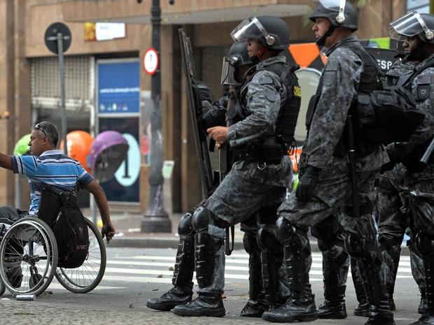 Policiais entraram em confronto com ocupantes de prédio durante reintegração de posse no Centro de São Paulo (Foto: Nelson Almeida/AFP)