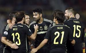 Diego Costa comemora gol Mata Macedônia x Espanha  (Foto: EFE/Kai Försterling)