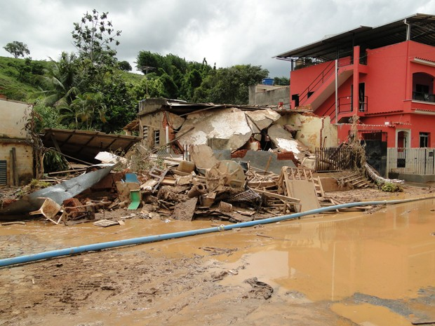Entulho tomou conta da região após enchente (Foto: Alex Araújo / G1 MG)