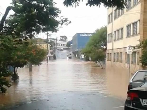 Rua alagada em São João da Boa Vista (Foto: Felipe Olivas )