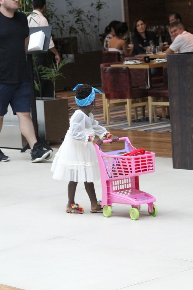 Titi vai às compras com a mamãe (Foto: J Humberto/Agnews)