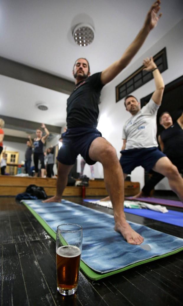 Escolas de ioga tentam atrair público masculino com a parceria (Foto: Tony Dejak/AP)