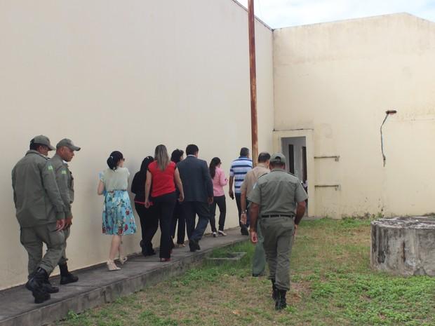 Juiz e agentes da Delegacia do Menor Infrator visitaram as dependência do CEM  (Foto: Gilcilene Araújo/G1)