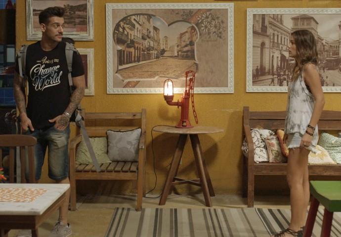 Uood chega de surpresa no hostel (Foto: TV Globo)