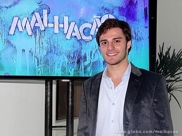 Hugo Bonemer participou da coletiva de imprensa de lançamento da novela (Foto: Malhação / TV Globo)