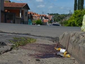 Marcas de sangue do homem morto perto da própria casa em Piracicaba (Foto: Luiz Felipe Leite/G1)