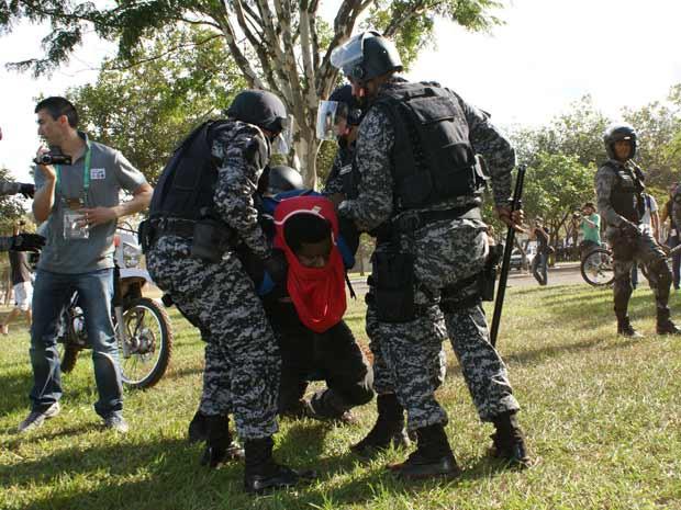 Prisão de participante do protesto nos arredores do Estádio Nacional, antes da partida entre Brasil e Japão (Foto: Vianey Bentes / TV Globo)