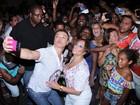 Susana Vieira e David Brazil tiram selfie com fãs em ensaio de rua