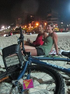Milena Hassel e a checa Danica Kovalevic pedalam antes do mergulho noturno (Foto: Gabriel Barreira/G1)