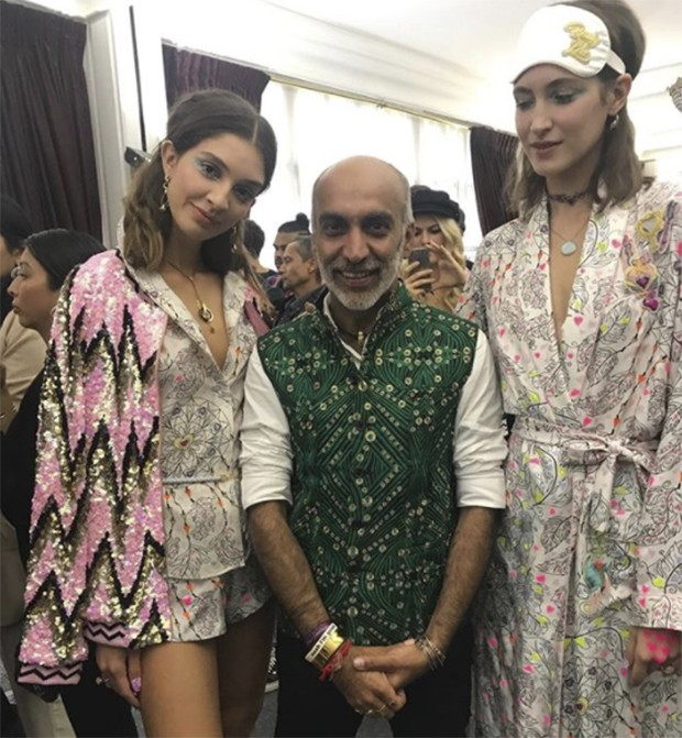 Manish arora and his models (Foto: @suzymenkesvogue)