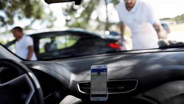 Motoristas do aplicativo Uber aguardam chamadas em São Paulo (Foto: Nacho Doce/Reuters)