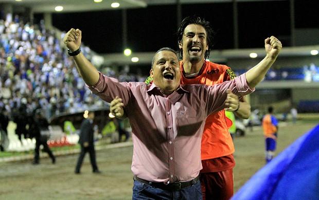 Técnico do Sergipe, Givanildo Sales comemora o go de Parral (Foto: Ailton Cruz/Gazeta de Alagoas)