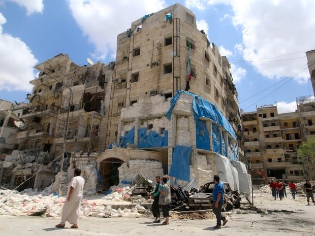 Grupo inspeciona na quinta-feira (28) o hospital Al-Quds que foi alvo de um ataque aéreo (Foto: Abdalrhman Ismail/ Reuters)