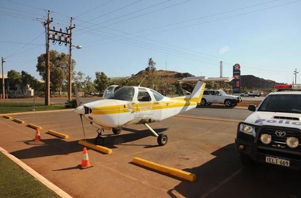 Australiano usa avião para ir até bar comprar cerveja e é investigado (Foto: Reprodução/Facebook/Western Australia Police)